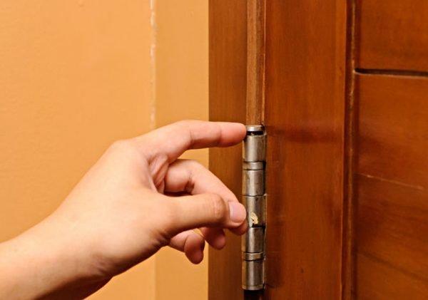 Расшатанные петли межкомнатной двери