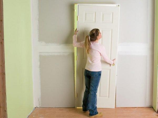 Установка двери из древесины после ремонта