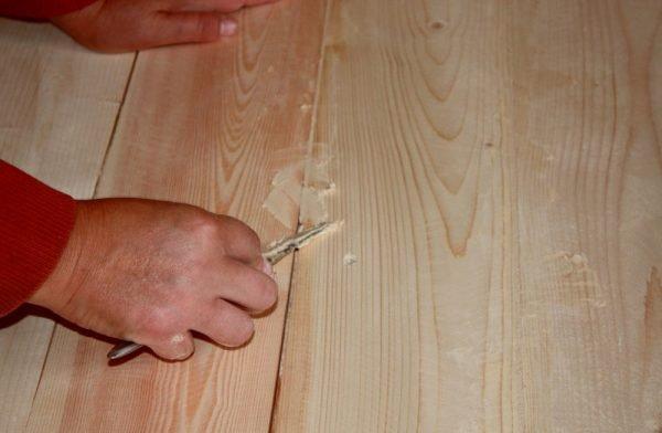 Нанесение шпатлёвки на деревянную дверь