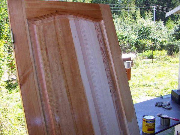Грунтование деревянной двери
