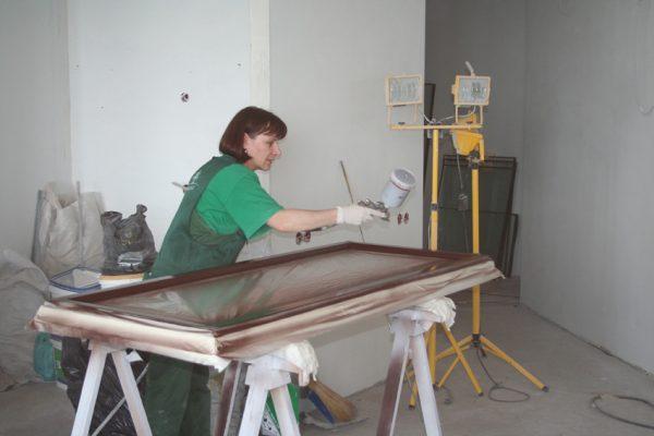 Процедура покраски двери краскопультом