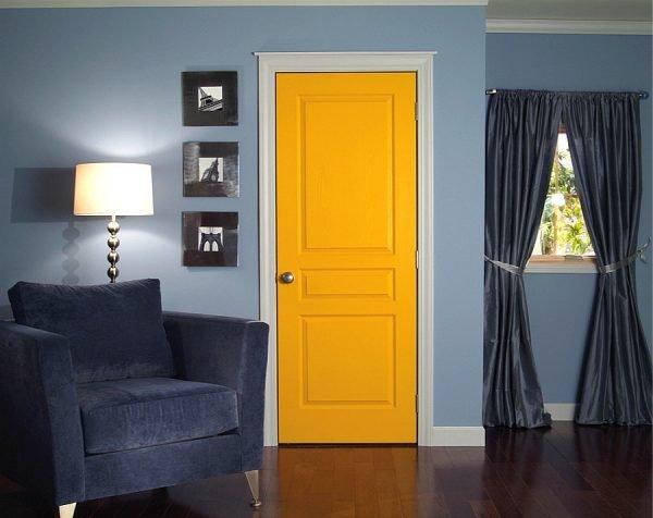 Окрашенная жёлтая дверь в интерьере
