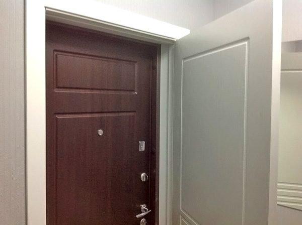 Вторая дверь белого цвета