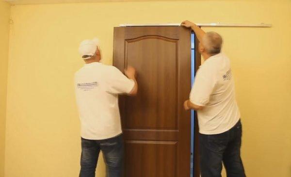 Навешивание двери на ролики