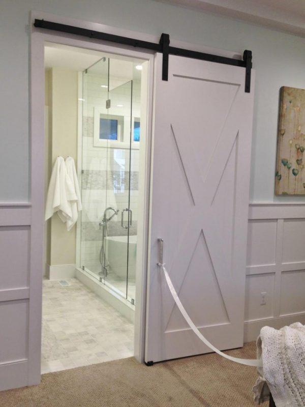 Сдвижная роликовая дверь в ванную в стиле прованс