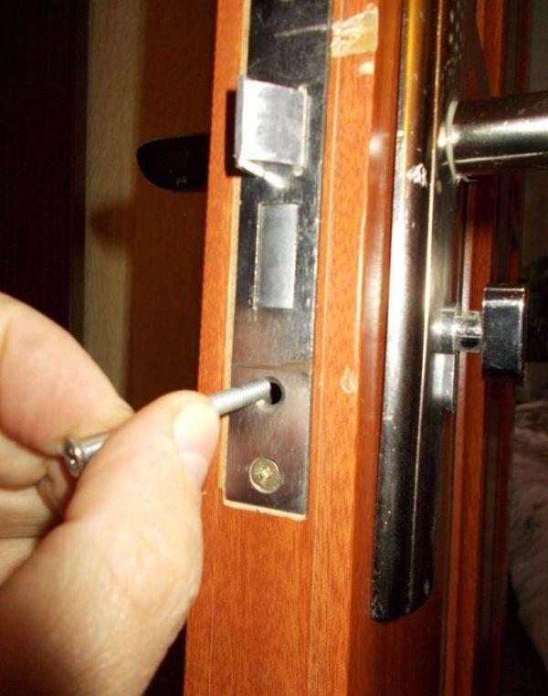 Фиксация механизма дверного замка