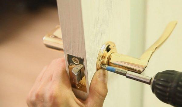 Установка ручки на металлическую дверь