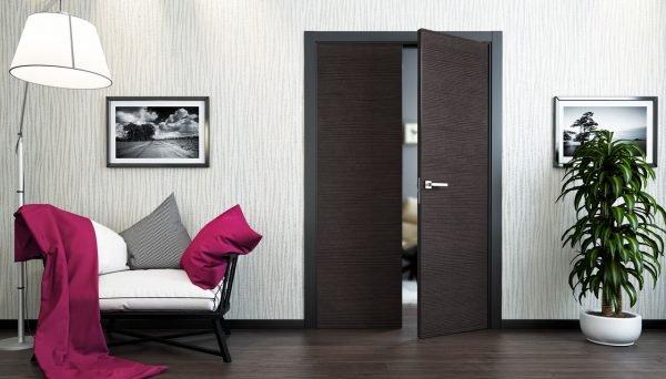 Двери венге в комнате с тёмным полом
