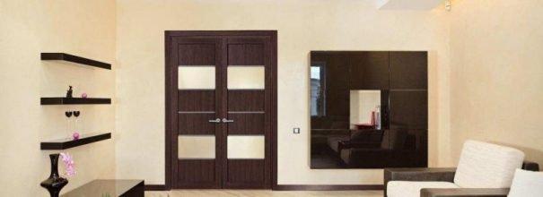 Раздвижные двери цвета венге придают графичность интерьеру гостиной
