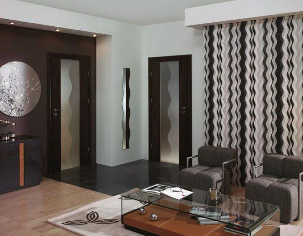 Двери венге на шоколадной стене