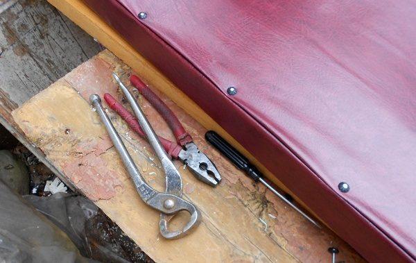 Снятие обивочного покрытия с входной двери