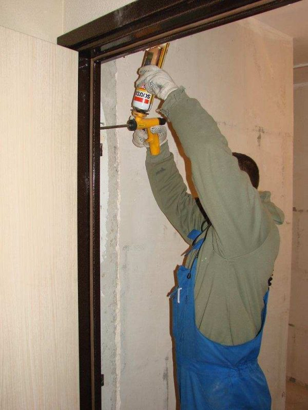 Устранение щелей и зазоров входной двери
