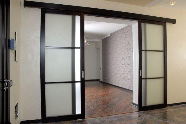 Раздвижные входные двери со стеклом