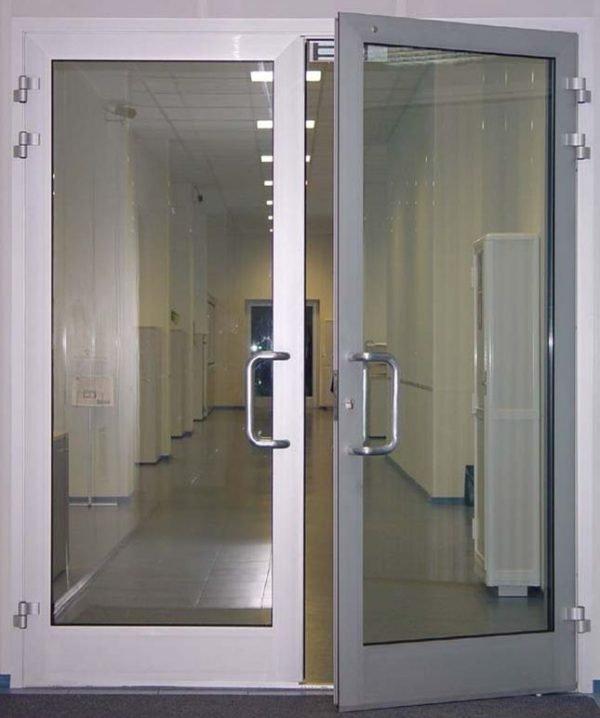 Маятниковые входные двери со стеклом