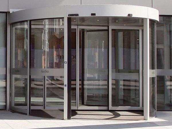 Карусельные входные двери со стеклом