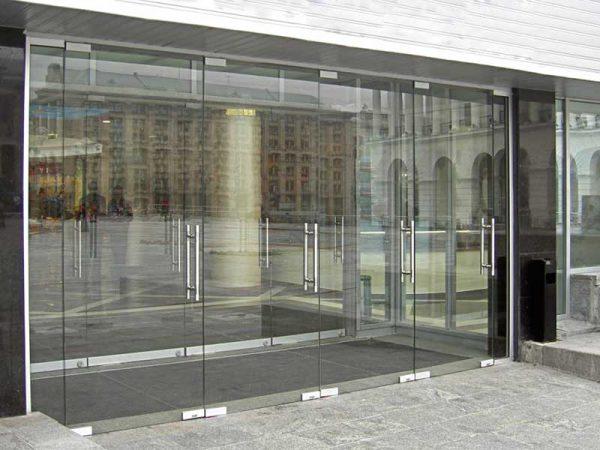 Двустворчатые входные стеклянные двери