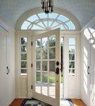 Вид входной двери со стеклом изнутри