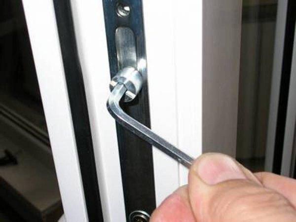 Регулировка пластиковой двери по прижиму