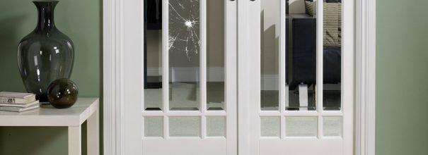 Разбитая дверь со стеклом