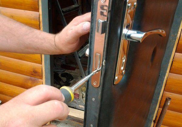 Демонтаж дверного замка