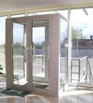Алюминиевые входные двери со стеклом в интерьере
