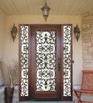 Кованая дверь со стеклом в интерьере