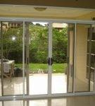 Раздвижная стеклянная дверь в интерьере