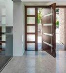 Маятниковые стеклянные двери изнутри