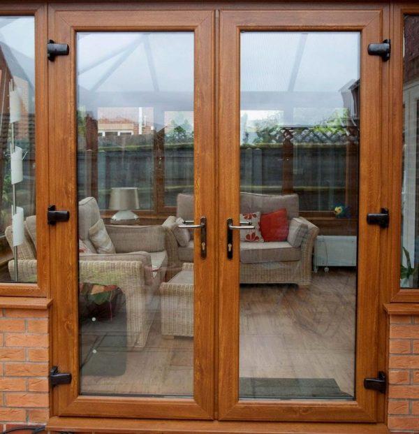 Распашные двери входные для загородного дома