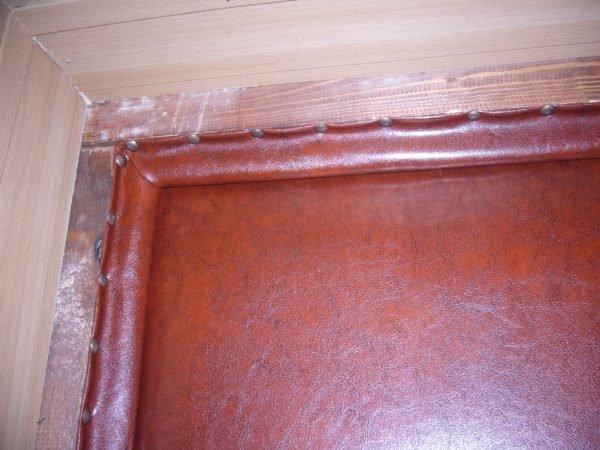Кожаные валики по краям дверного косяка