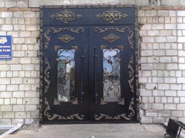 Двери со стеклом и коваными элементами