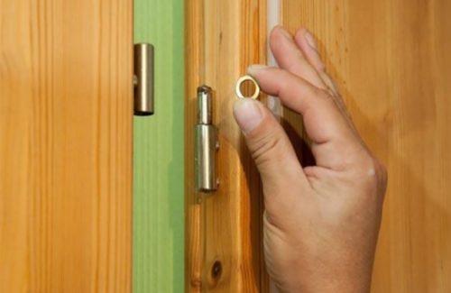 Рабочий навешивает полотно двери