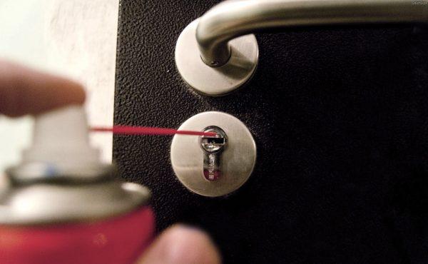 Обработка дверного замка смазкой