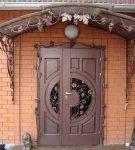 Полуторная входная дверь с ковкой
