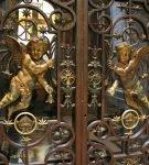 Рисунок на кованой двери