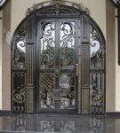 Арочная входная дверь с элементами ковки