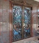 Шикарные двери с элементами ковки