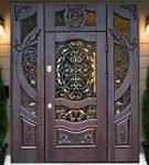 Кованые двери с витражным стеклом