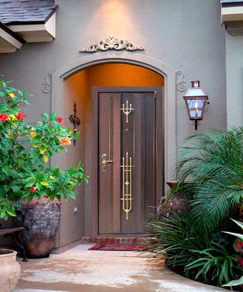 Входная дверь с кованой отделкой