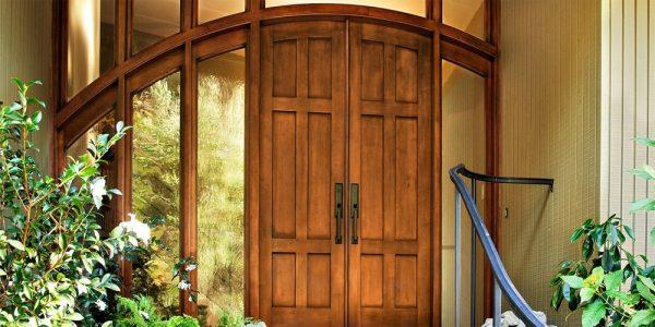 Вариант входных дверей из древесины