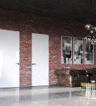 Скрытые двери на кирпичной стене