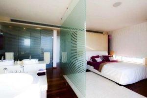 Зонирование комнаты полосатыми перегородками