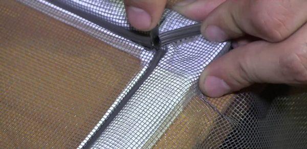 Фиксация сетки к пластиковому профилю шнуром