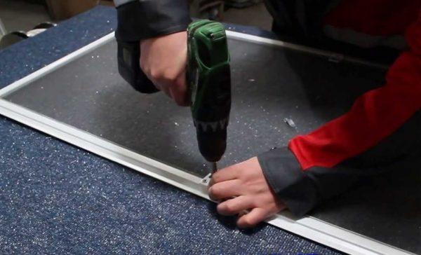 Крепление ручки на пластиковый профиль москитной сетки