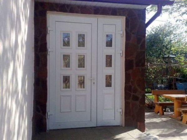 Двустворчатая пластиковая дверь с узкой створкой