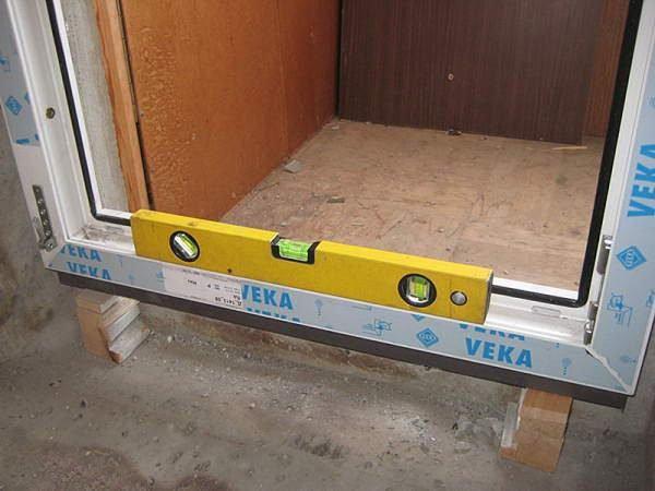 Установленная коробка пластиковой двери