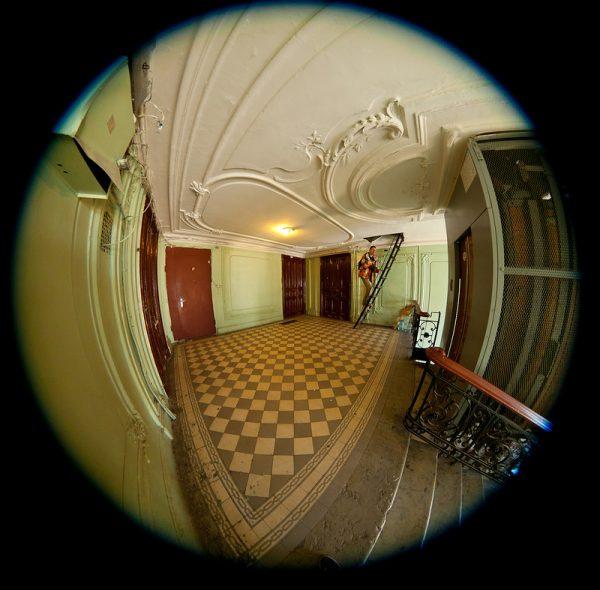 Вид через дверной глазок