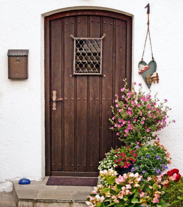 Старинная дверь с оконцем