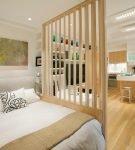 Комната с деревянной перегородкой