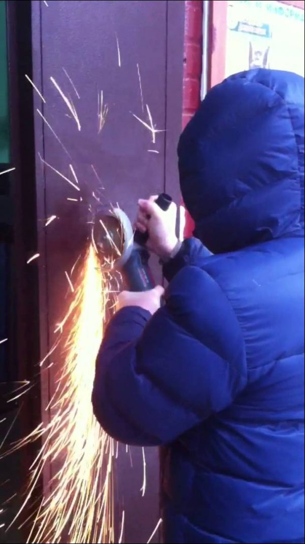 Крепление панели вызова видеодомофона на дверь